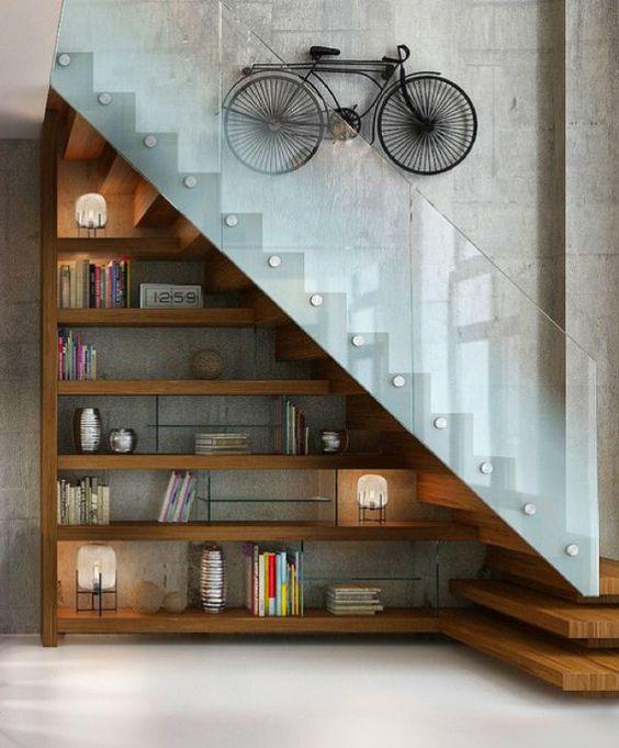 cau thang giua nha tu sach 1 - #Mẫu thiết kế cầu thang giữa nhà đẹp được [thịnh hành] năm 2020
