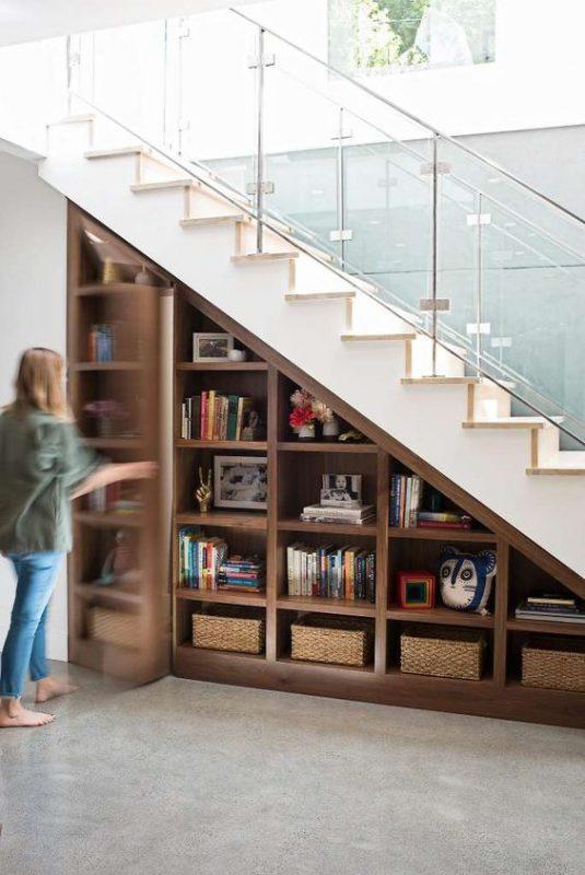 cau thang giua nha tu sach 2 535x800 - #Mẫu thiết kế cầu thang giữa nhà đẹp được [thịnh hành] năm 2020