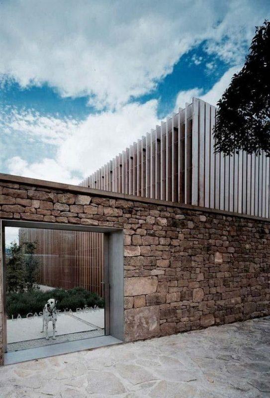 da che tu nhien op tuong hang rao 6 543x800 - Trang trí đá chẻ tự nhiên ốp tường đẹp cho không gian nhà ở